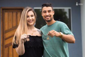 Clientes com as chaves da Casa Propria